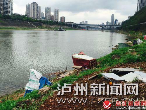 虽然正值禁渔期,百子图广场的江边上仍有不少垂钓者搭建帐篷钓鱼